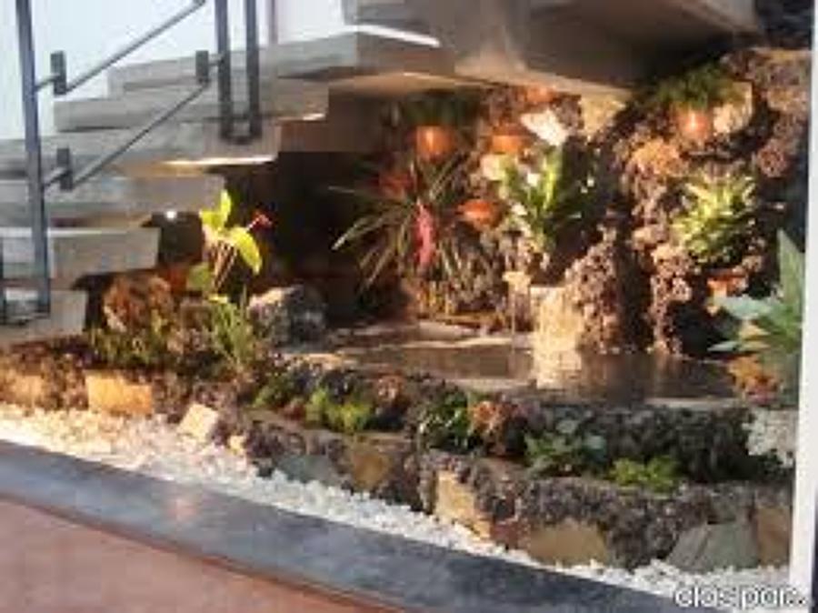 Foto estanque con cascada bajo escalera de reformas e - Fuentes de cascada ...