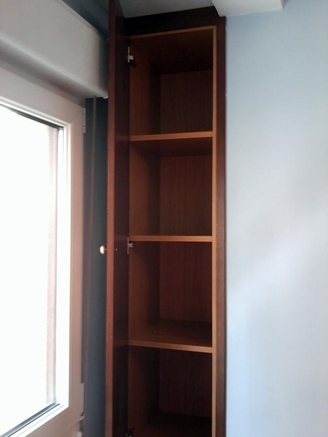 Foto estanteria con puertas en hueco de colunna de ms for Armarios empotrados en huecos de escaleras