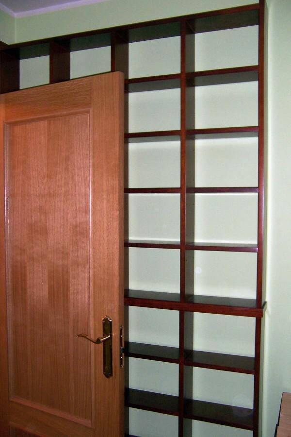 Foto estanteria tras puerta de la alacena segoviana s l - Puertas para estanterias ...