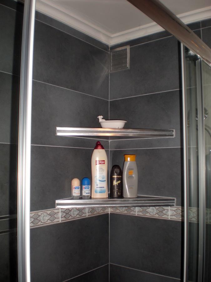 foto estanterias de obra en cabina de ducha de corema