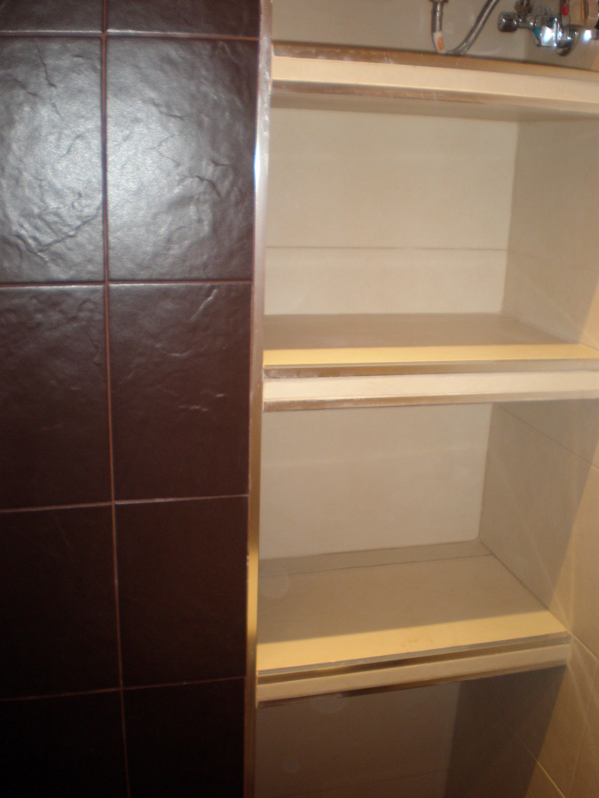 Foto estanterias en ba o con gr s y aluminio de corema for Estanterias ducha bano