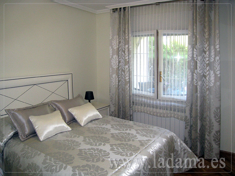 Foto estor con caidas y colcha en dormitorio cl sico de - Cortinas con estores fotos ...