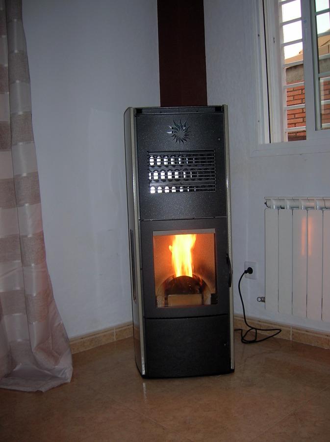 Foto estufa de pellets policombustible de guadacalor s l for Estufa a pellet precio
