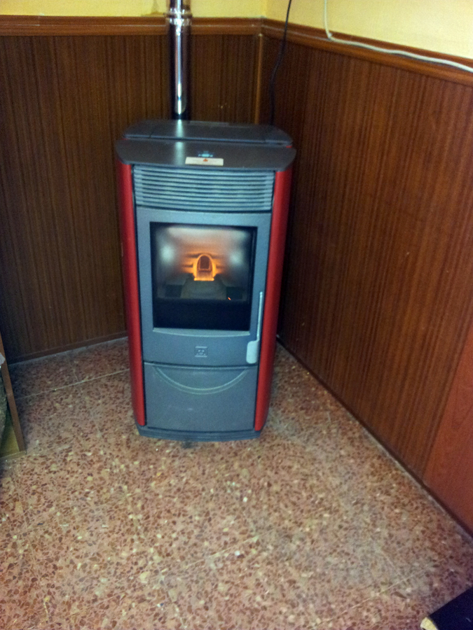Foto estufa instalada en bar en toledo de woodsims - Que es una estufa de pellet ...