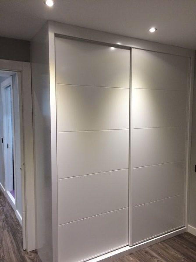 frente de armario lacado en blanco con fresado 4 rayas
