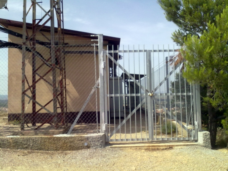 Fabricación y colocación de puerta de parcela galvanizada