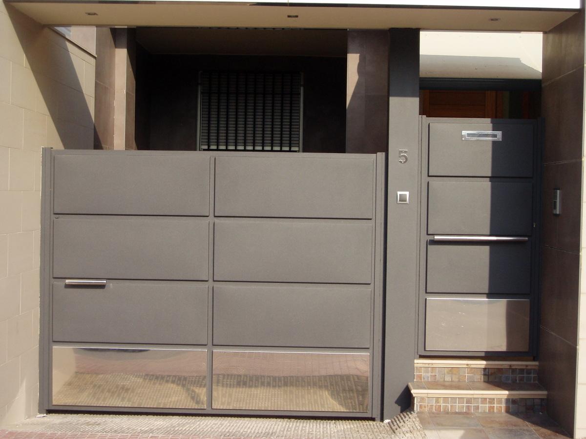 Foto fachada de hierro y acero inox de pedro fuentes y for Puertas hierro exterior fachadas