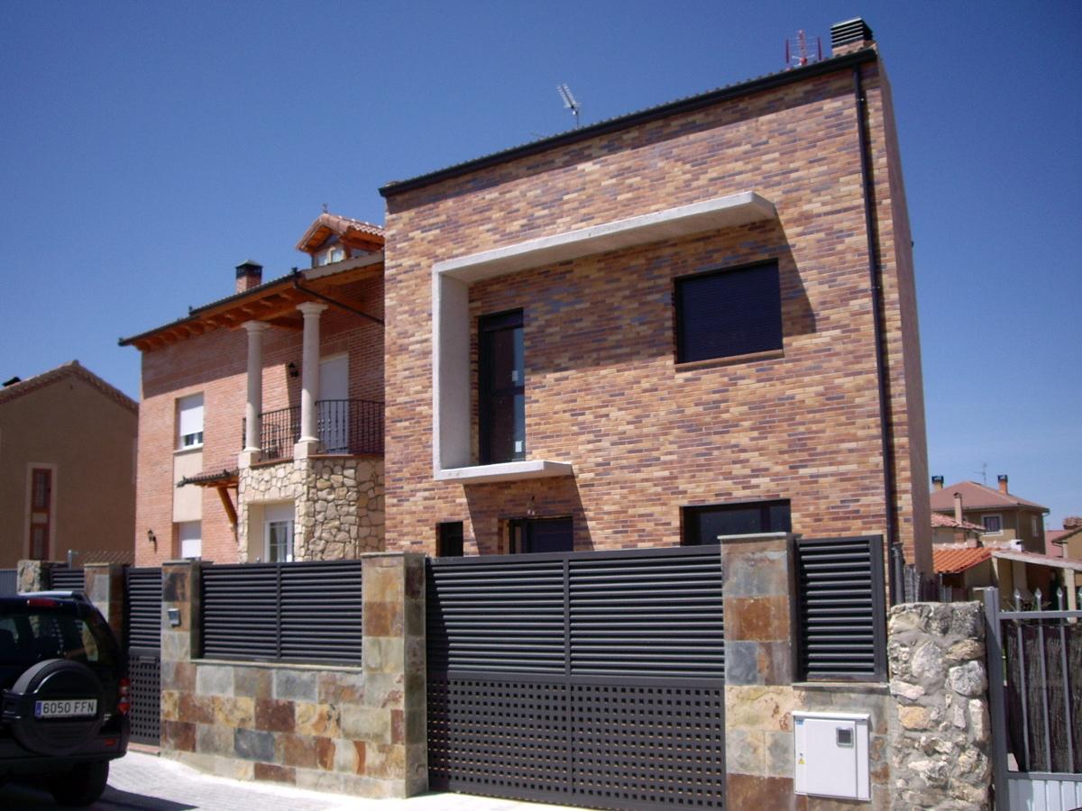 Foto fachada de ladrillo visto estilo moderno de juan - Fachadas ladrillo rustico ...