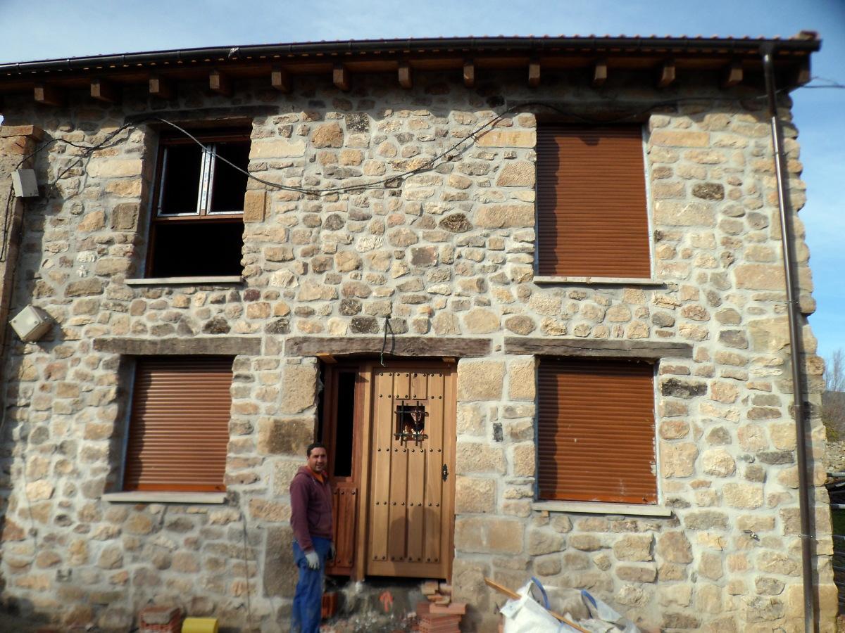 Foto fachada de piedra construccion reinosa de - Construccion casas de piedra ...