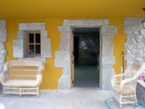fachada dibujada con piedra rustica