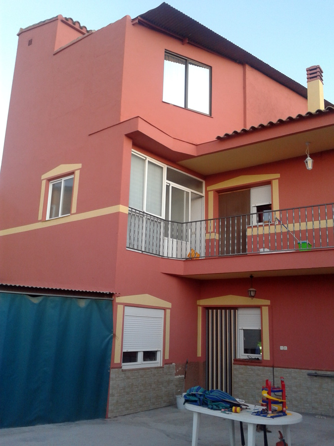 Foto fachada pintada en revestimiento liso de aplicang for Colores de casas pintadas por fuera