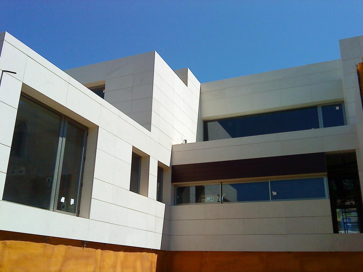 Foto fachada ventilada caliza 2 de granitos carballido - Piedra caliza para fachadas ...