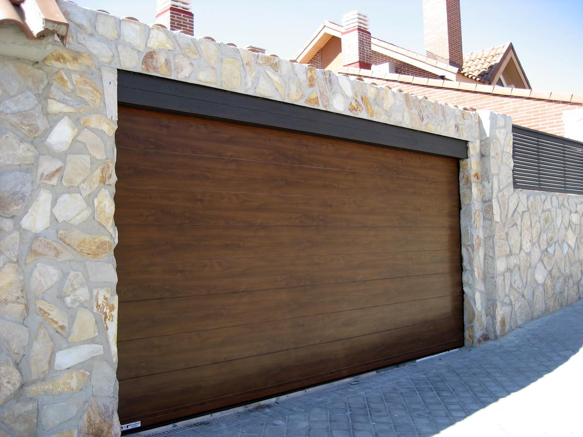 Foto factorydoor puerta seccional imitaci n madera lisa - Garage de madera ...