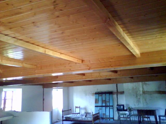Foto falso techo con abeto color miel barnizado de for Falso techo rustico