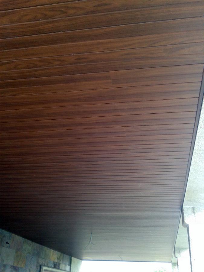 Foto falso techo de pvc foliado madera nogal en porche de - Paneles imitacion madera ...