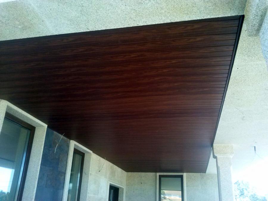 Foto falso techo de pvc foliado madera nogal en porche de - Falso techo madera ...