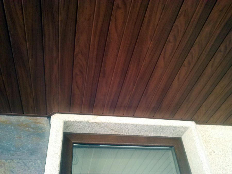 falso techo de pvc foliado madera nogal en porche
