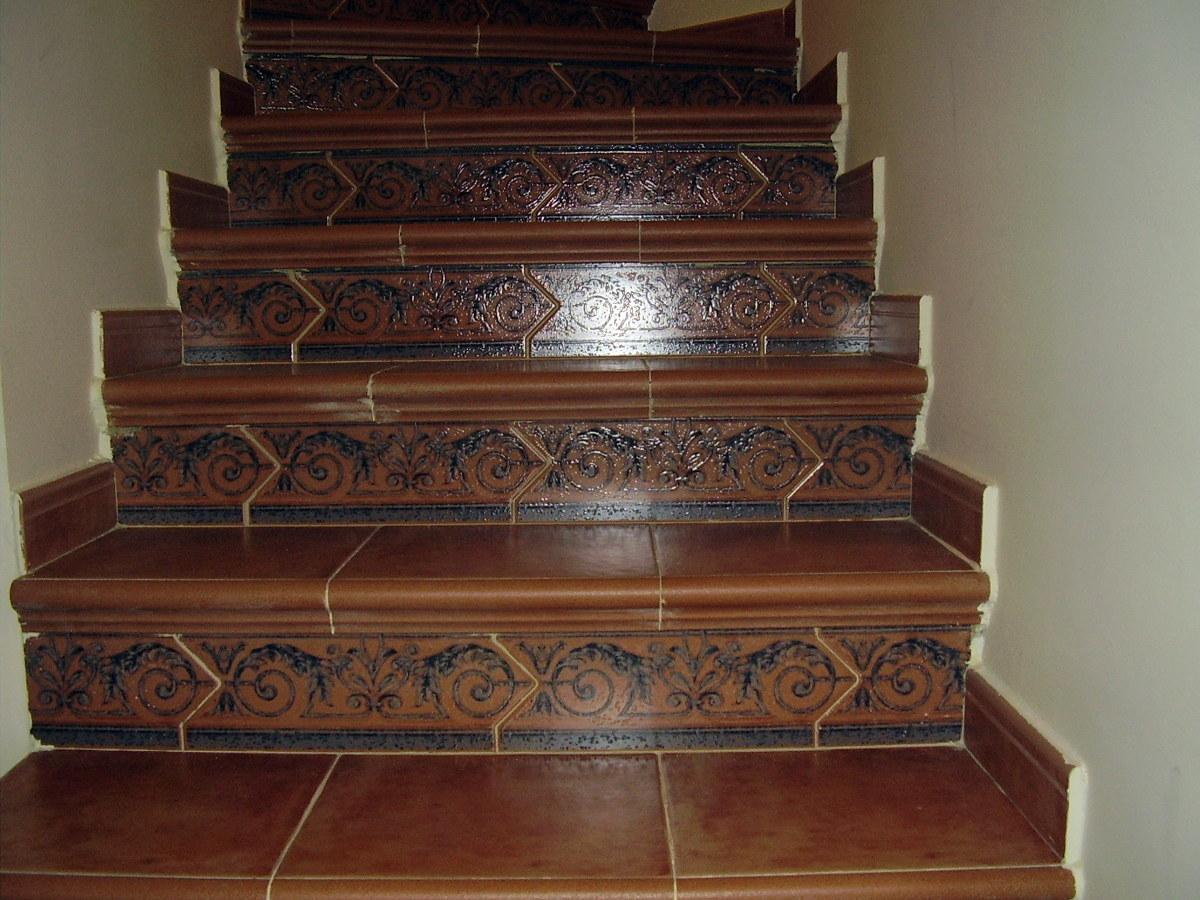 Foto forrado de escaleras con plaqueta rustica de - Forrar pared de madera ...