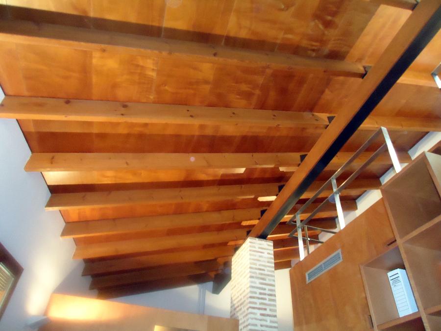 Foto forro techo y vigas de madera de dimeca g mez s l - Decoracion con vigas de madera ...