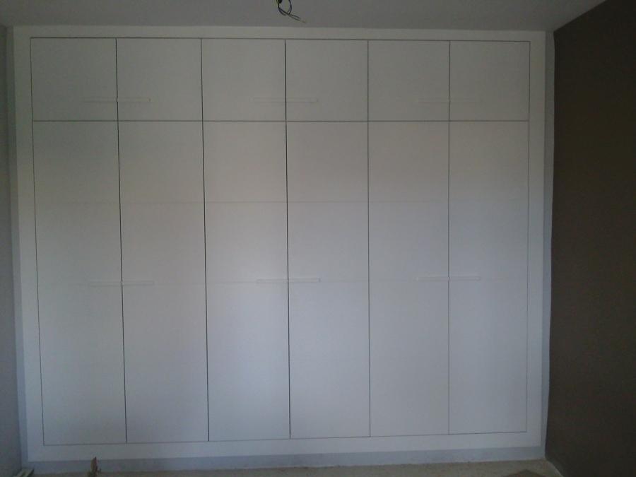 Foto armario lacado en blanco con puertas abatibles de for Armarios empotrados blancos