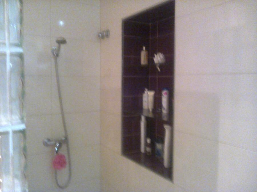 Foto ducha ba o 2 con estanterias de cristal empotradas for Estanterias ducha bano