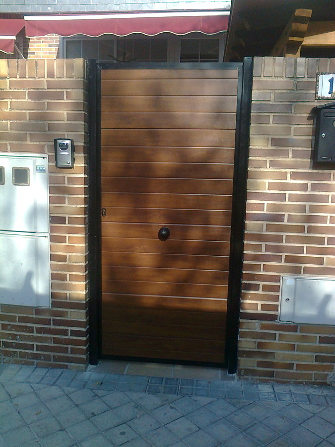 Foto puerta peatonal panel sandwich imitaci n madera de - Puertas de garaje murcia ...