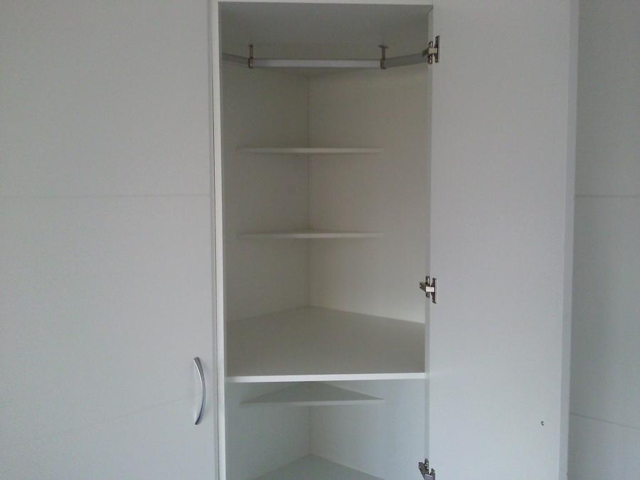 Foto interior de armario de rinc n detalle del rinc n - Armarios empotrados esquineros ...