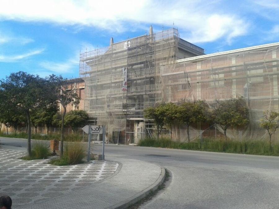 Andamio en fachada cuartel, San Fernando