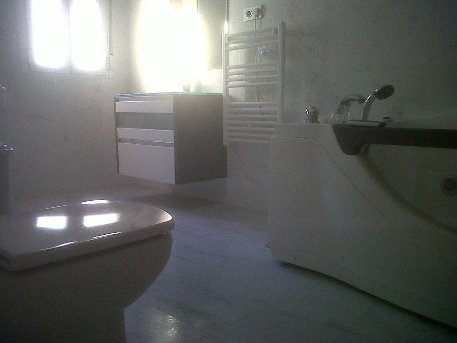 Baño con completo de porcelanosa.