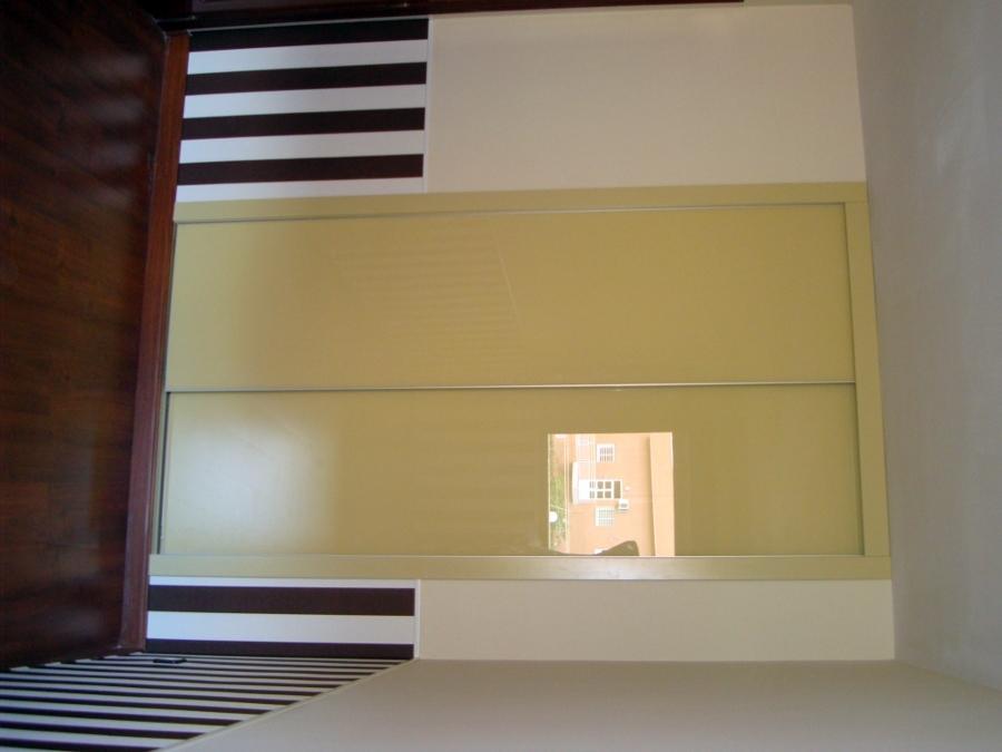 Frente  con cristal lacado crema con perfilería minimalista.