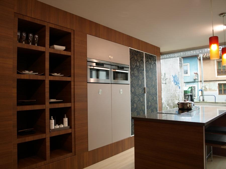 Foto frente de cocina amueblado en columnas y baldas de - Frentes de cocina ...