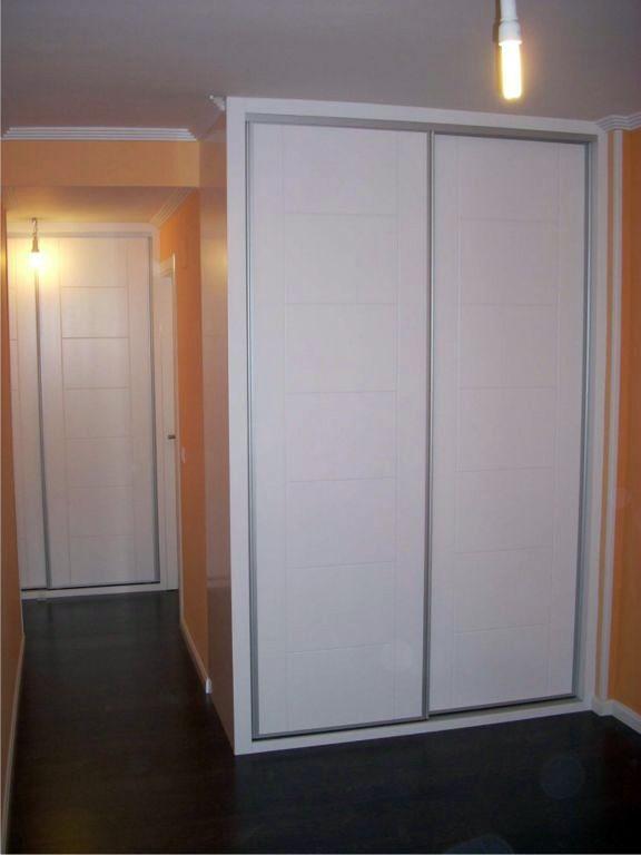 Frente fabricado en Dm lacado en blanco, detalles fresados