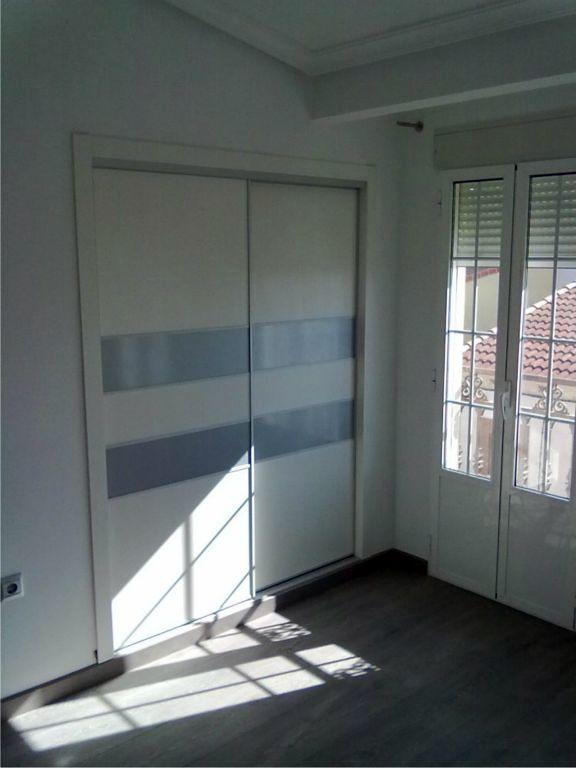 Frente fabricado en melamina blanca con franjas lacadas aluminio metalizado