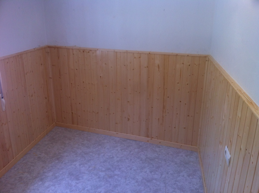 Foto friso de abeto barnizado a media altura de reforgar - Friso de pino barnizado ...