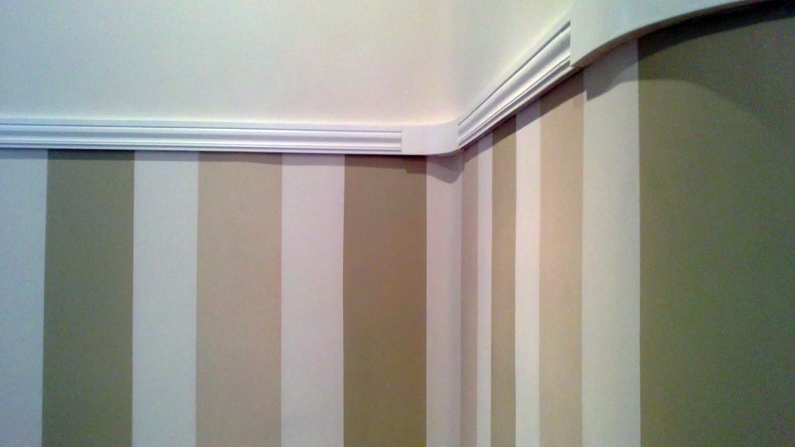 Foto friso tricolor contaste con pintura lisa en parte - Friso para pared ...