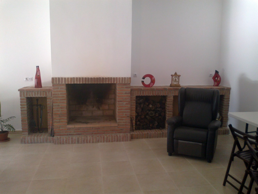 Foto frontal de salon con chimenea y encimera de - Salon con chimenea ...