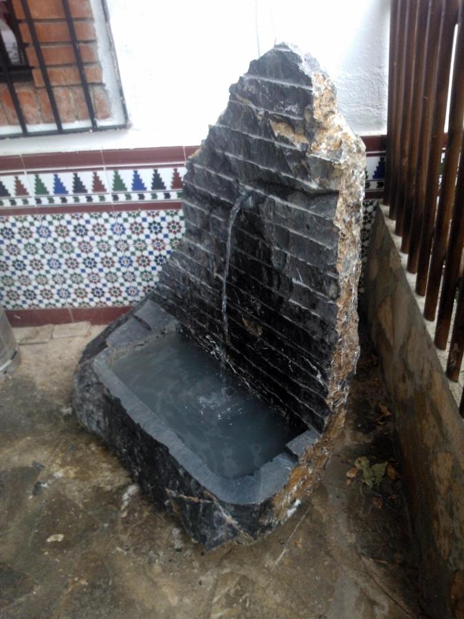 Foto fuente de piedra rustica de m rmoles y granitos - Fuentes de jardin rusticas ...