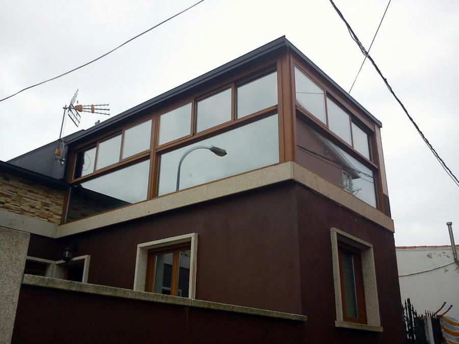 Foto galer a aluminio lacado madera y tejado chapa for Tejados madera ourense