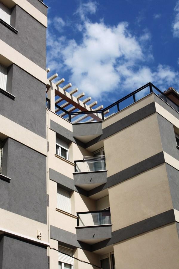 Reforma fachada con acabado corcho proyectado