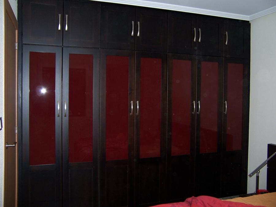 Foto gran armario ropero cl sico en madera de suecia for Roperos de madera para dormitorios