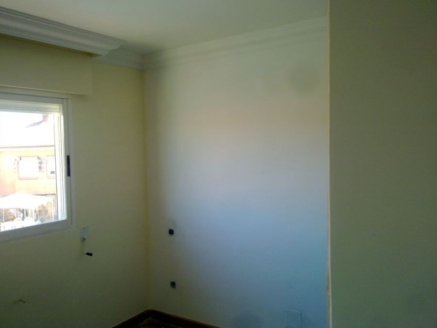 habitacion alisada y colores en blanco roto
