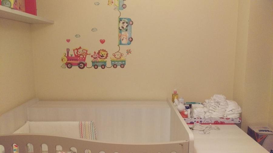 Detalle de vinilo en la pared del dormitorio infantil