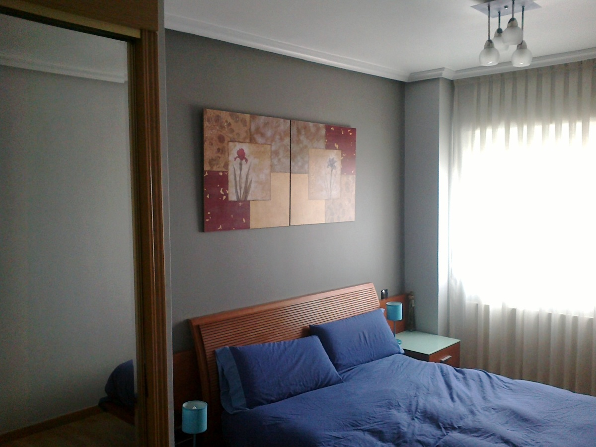 Foto habitaci n color gris oscuro y gris claro de for Pintura gris claro