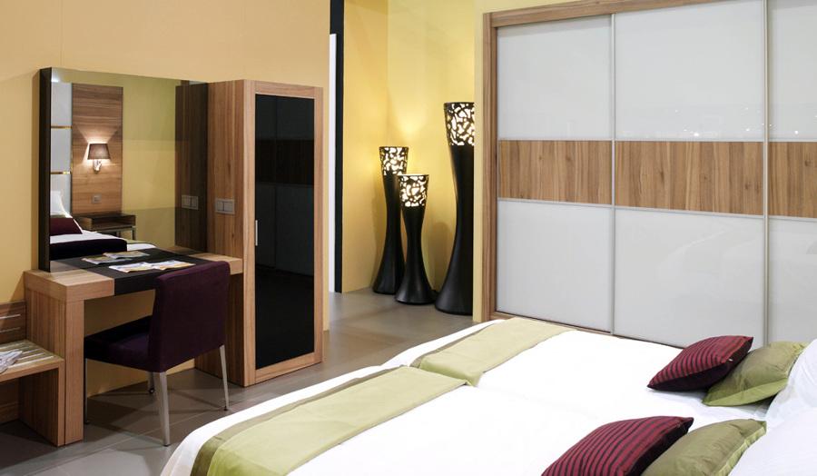 Foto habitaci n de hotel con armario dormitorio y - Armarios con espejo para dormitorio ...