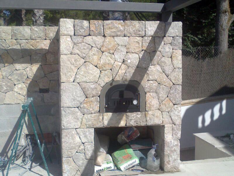 Horno exterior con revestimiento de piedra