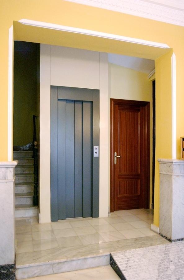 Foto hueco de escalera en obra de ascensores carbonell s for Ascensores carbonell telefono averias