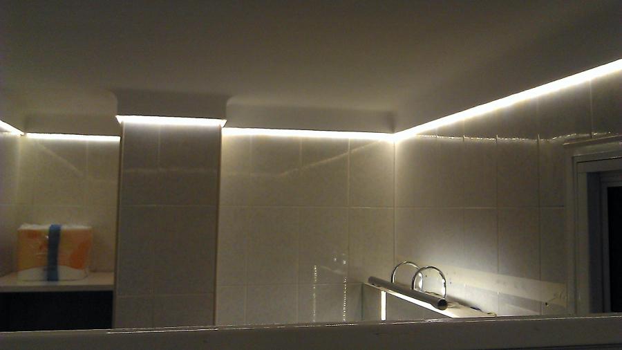 Foto iluminaci n con tira led en un ba o de del led for Iluminacion bano led