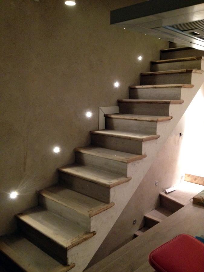 Foto iluminaci n de escalera luces de led y con perfiles de madera en los escalones de espedra - Iluminacion led escaleras ...