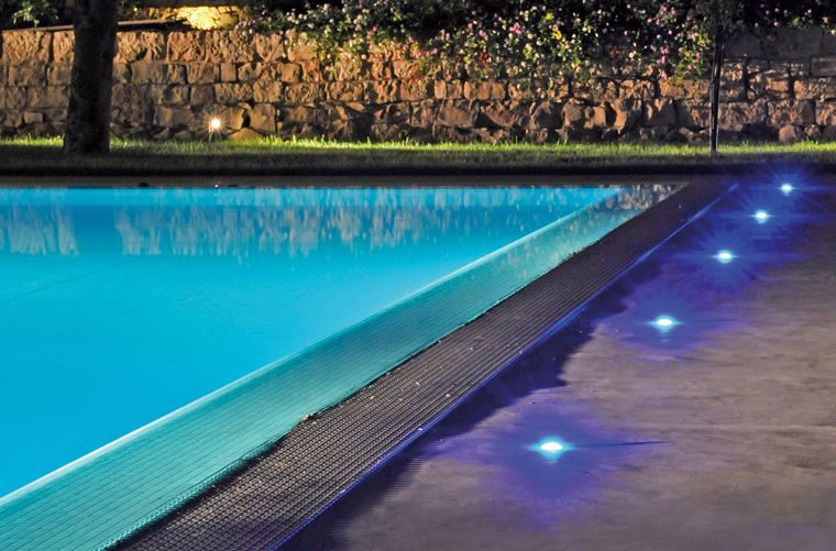 Foto iluminacion de piscina de electeleco 253857 for Luces led piscina