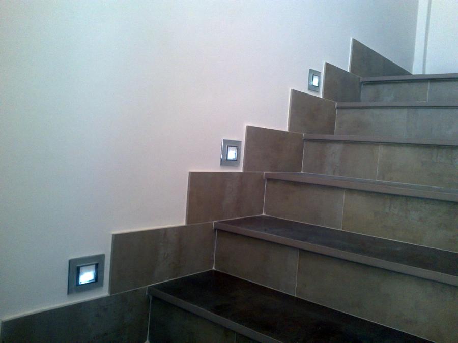Foto iluminacion escalera de aplicaciones electricas for Escalera de electricista